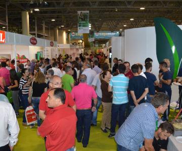 Asistentes a la feria Infoagro Exhibition en 2015 visitan los expositores de la muestra